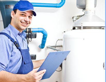 Técnico de CalderaSAT haciendo trabajos dentro de los Contratos de mantenimiento para calderas de gas y calderas de gasoleo en Madrid, Toledo y Segovia